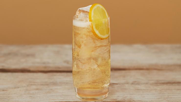 Seedlip's Grove Ginger Highball in a glass with a lemon slice.