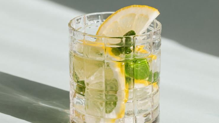 Mocktail with ice, lemon and mint.